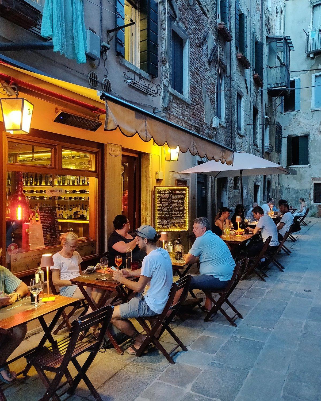 Outdoor Seating Venice, Italy - Tavoli all'Aperto tipicale calle Veneziana