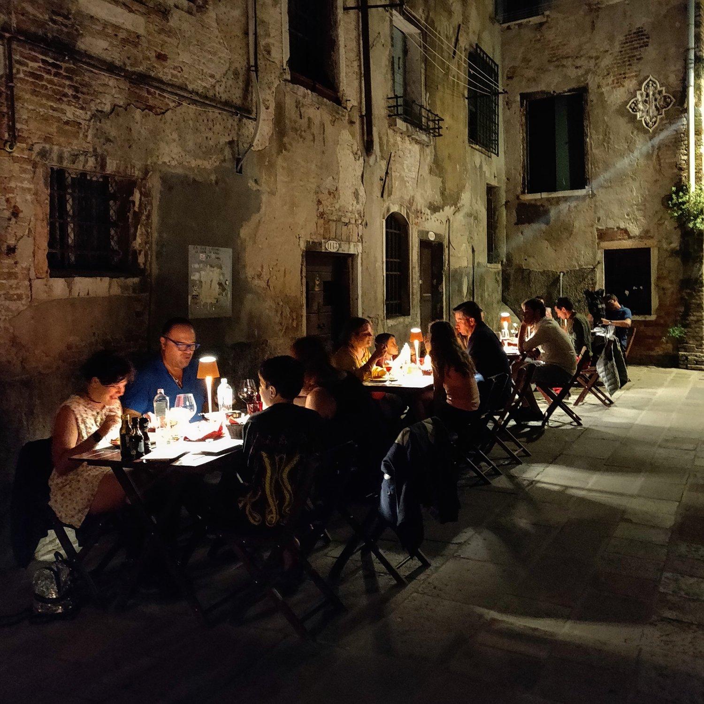 Tables outside by Night - Mangiare all'Aperto di sera Venezia